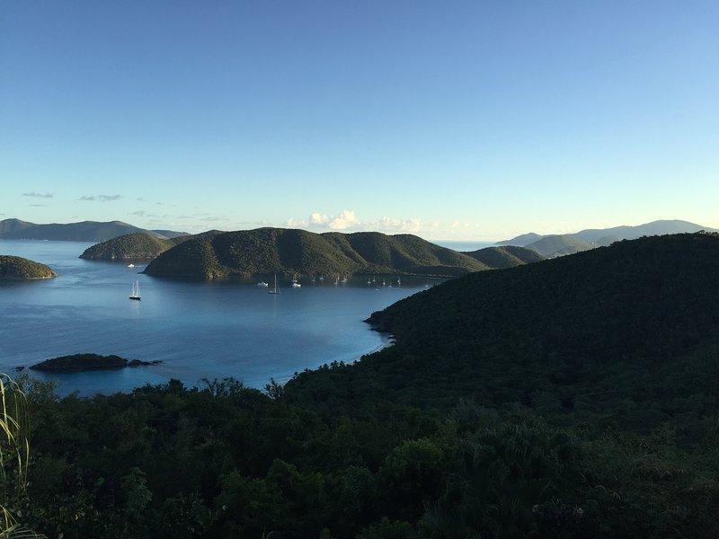 Historic Passage Drakes & Views todo o caminho para Tortola na distância.