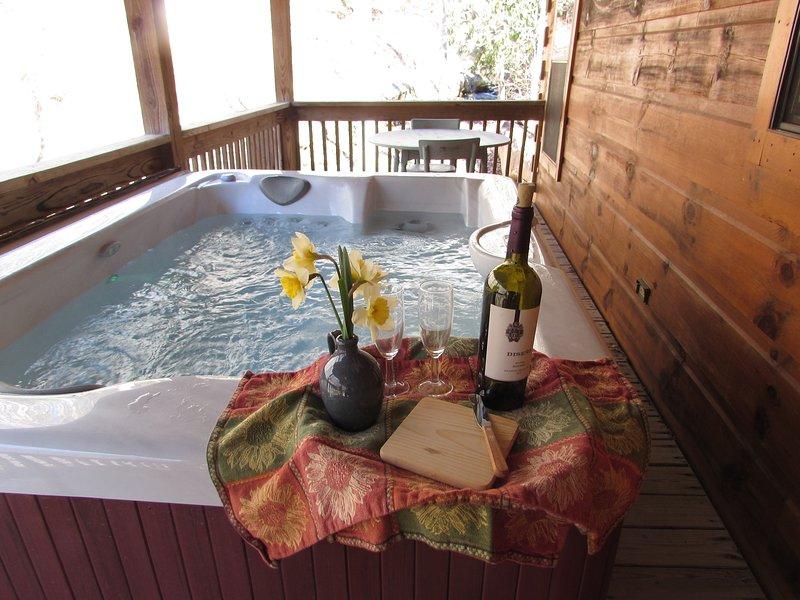 Disfrutar de los sonidos de la quebrada mientras sumerja en su bañera privada en el porche.