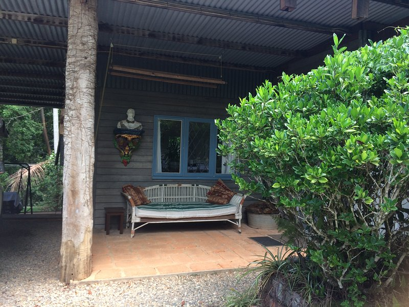 CRITTERS quiet self contained rainforest studio, vacation rental in Brooklana
