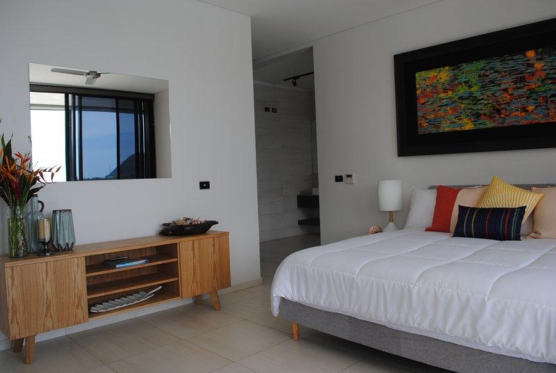 Onyx lujo dormitorio principal Harbour Resort Poinciana Residencia con cama de matrimonio y un spa con baño