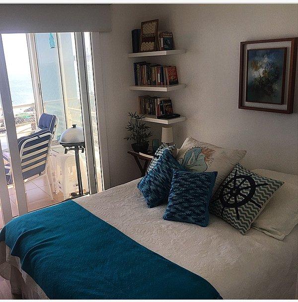 dormitorio principal con cama de matrimonio y libros para una lectura de verano agradable.
