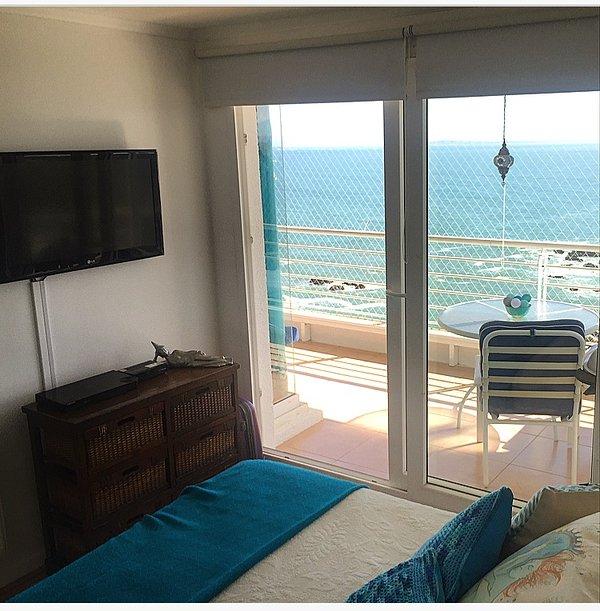 dormitorio principal con gran vista y televisión satelital, reproductor de DVD / Blu-ray y Netflix.