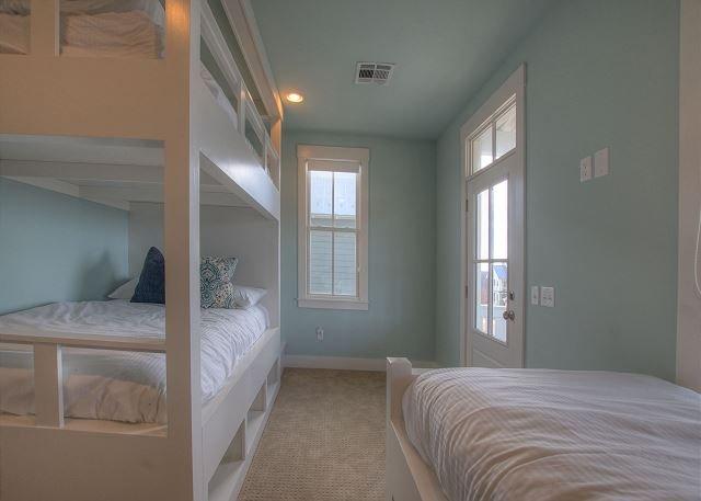 Lits superposés à l'étage pleine et lits jumeaux avec accès au balcon