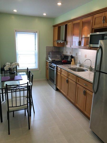Moderna mangiare-in-cucina attrezzata con sistema di filtrazione dell'acqua potabile