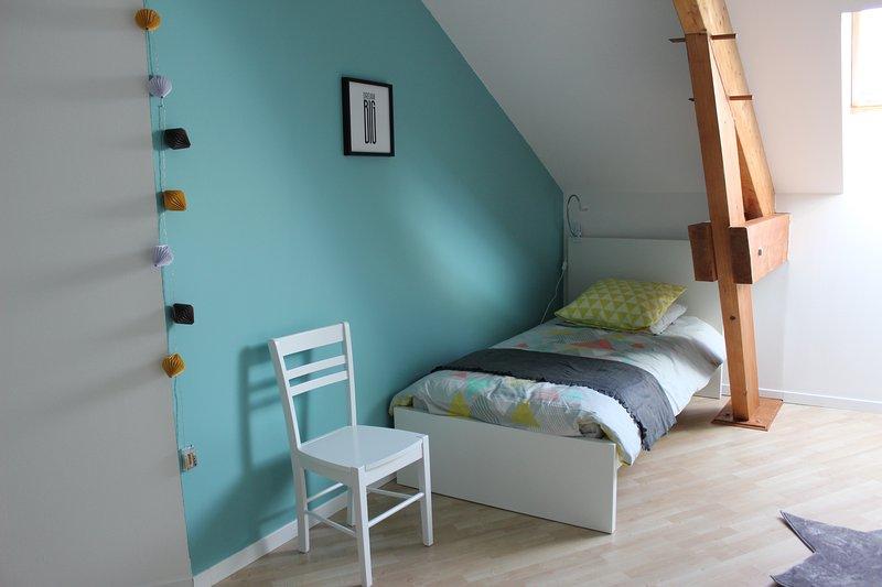 Ampia camera con letto matrimoniale (160x200 cm) e 2 letti singoli (90x200 cm)