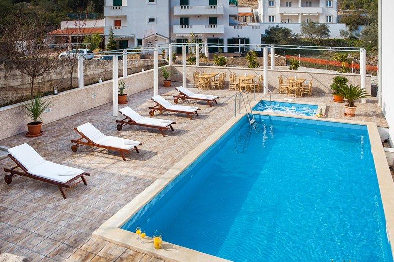 La Perla Apartman 2 with indoor and outdoor pool and jacuzzi, holiday rental in Sutivan