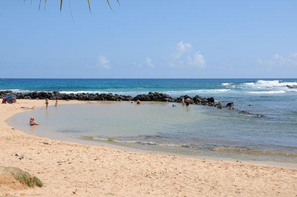 plage Poipu, 3 lagunes; 1. bébé, 2. enfant plus âgé (de vague douce) et 3e lagune-plongée, surf, natation