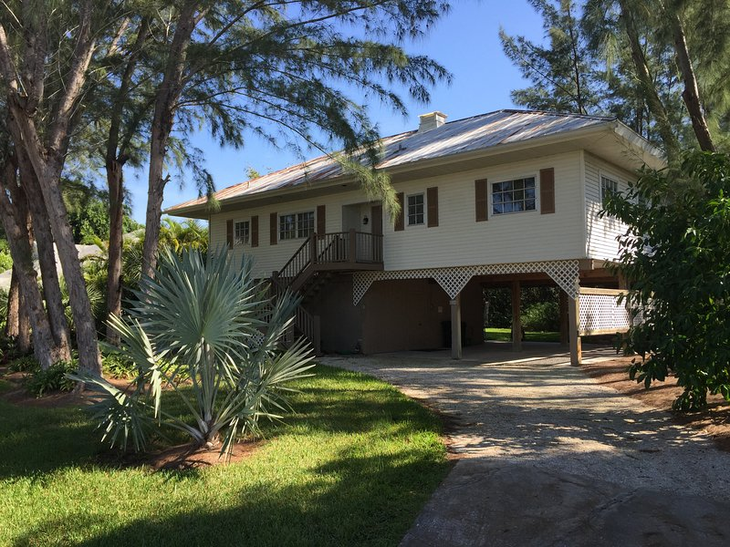 2+ bdrm, 2.5 bath, wifi, outdoor shower,covered parking, close to beach, holiday rental in Sanibel Island