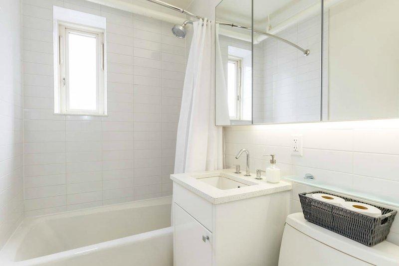 Moderno y espacioso baño