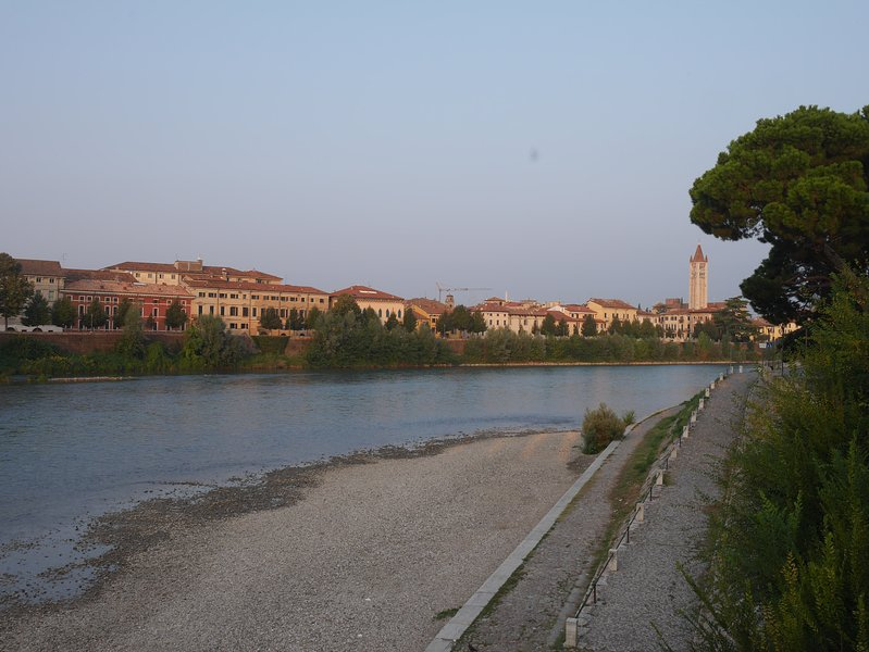o edifício visto do rio
