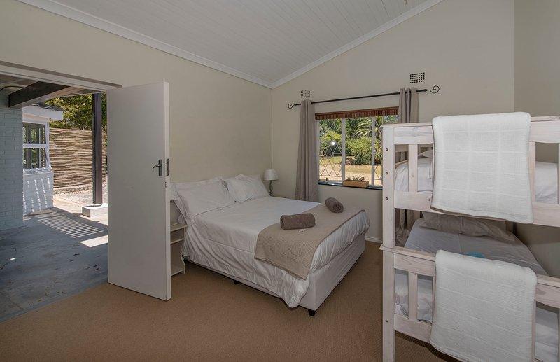 Dormitorio con cama de matrimonio y litera, capacidad para cuatro personas. Cuarto de baño completo al lado y retrete separado