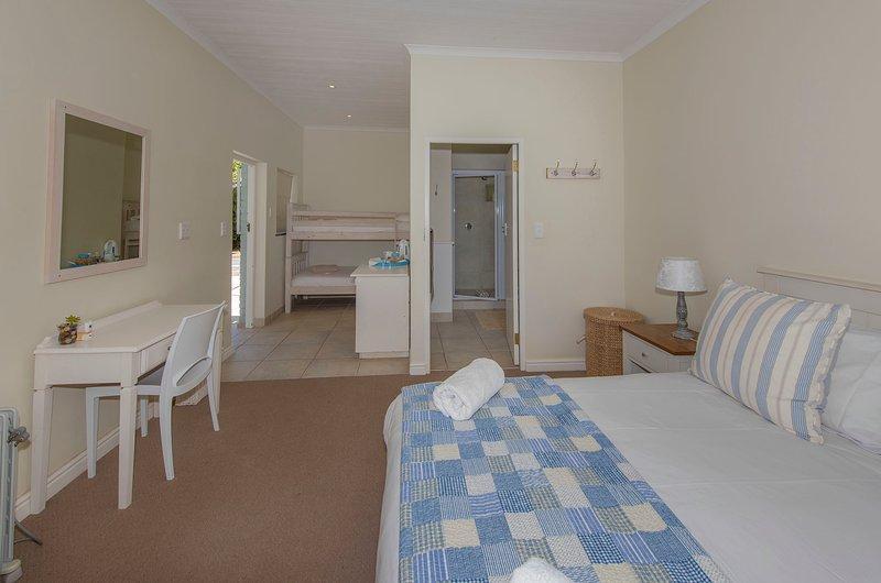 La sala de jardín - cama doble y litera, capacidad para cuatro personas. cuarto de baño con ducha, lavabo y retrete