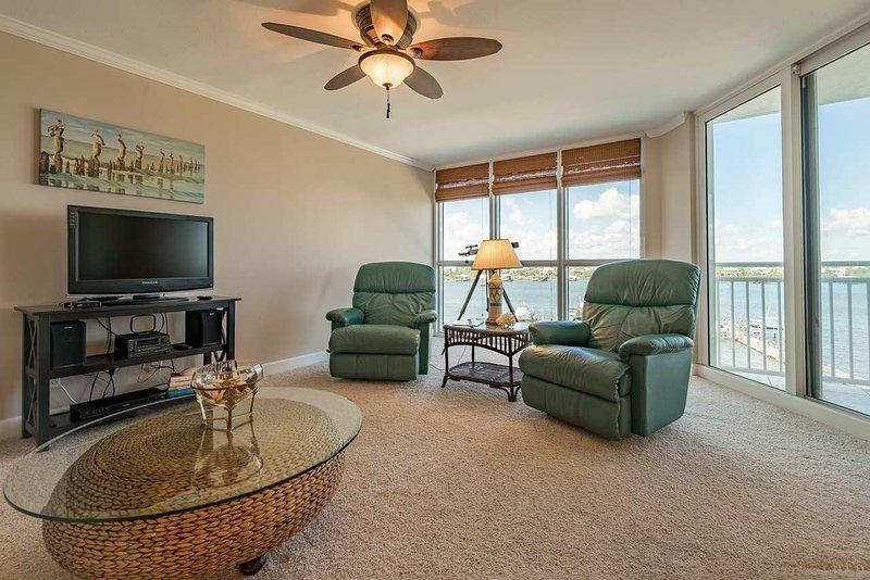 Maravilhosa sala de estar com vista para o rio '