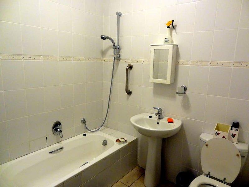 Komplettes Badezimmer mit Badewanne und Dusche Standup