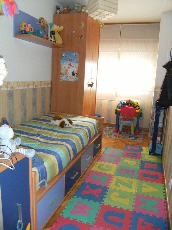 2. chambre Actuellement avec le type de couchette train et table d'étude.