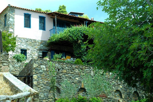 AMAZING WOOD-STONE TRADITIONAL VILLA, holiday rental in Paralia Sikias