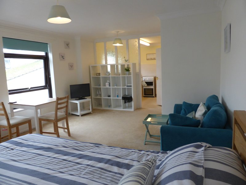 Central Sidmouth apartment with sea peeps, holiday rental in Sidford