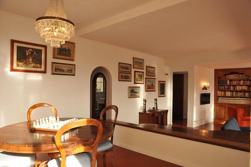 Villa Collina del Sole - Térreo, sala de estar com piano e janelas no terraço