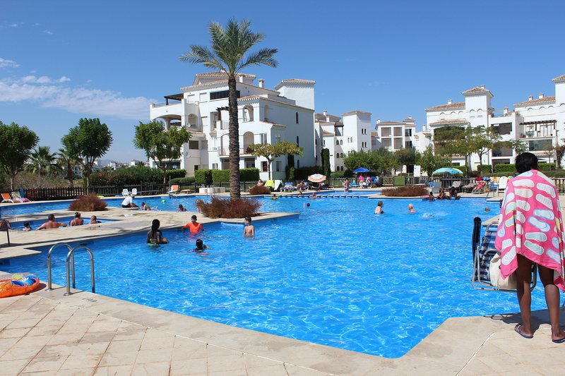 La Torre Golf Resort, fabulous 2 bed 1 bath apartment with pool view. – semesterbostad i Roldan