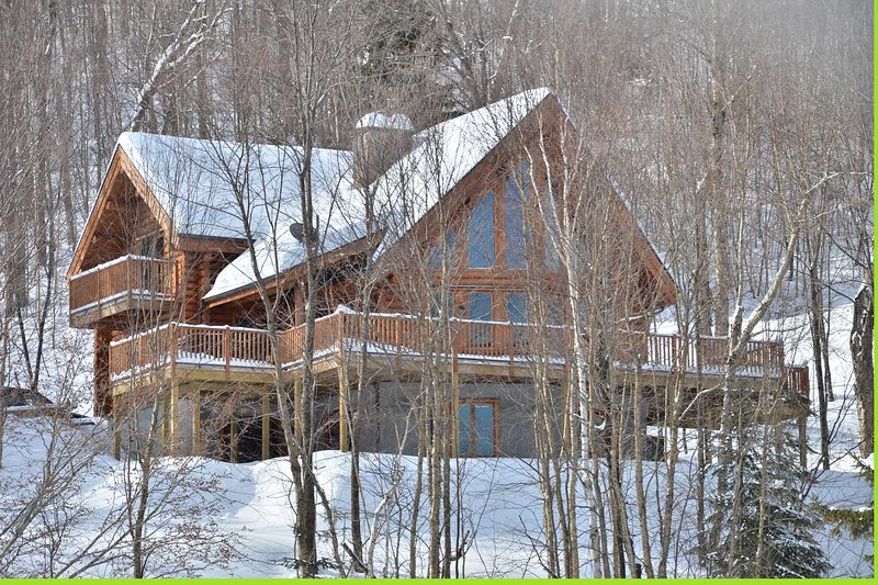 Serenite 5 bedroom waterfront log home, aluguéis de temporada em Sainte Agathe des Monts