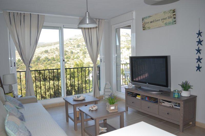Sala de estar com um terraço coberto