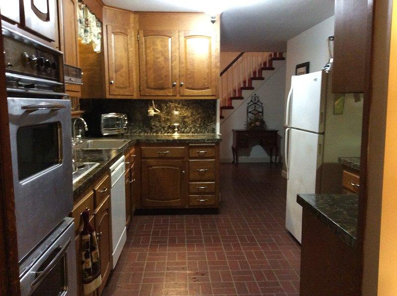 doppio forno elettrico, piano cottura, lavastoviglie, tostapane, macchina per il caffè, frullatore, refrig./freezer