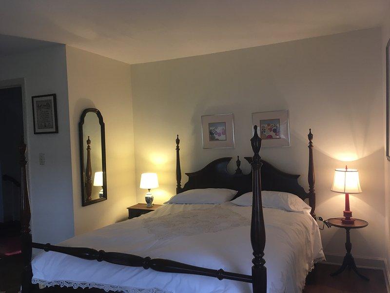 Questa camera ha un letto matrimoniale 4 post con l'arte della spiaggia. Questa camera si affaccia sul cortile.