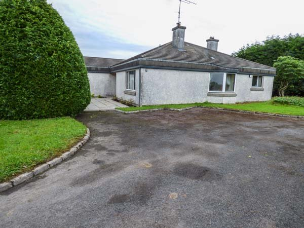ARDVARNA, all ground floor, pet-friendly, lawned garden, Ballaghaderreen, Ref, holiday rental in Ballymote