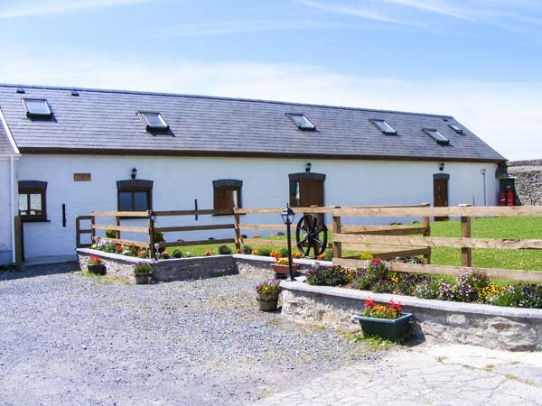 THE MILL AND STABLE, barn conversion sleeping ten, wet room, pet-friendly, holiday rental in St Clears