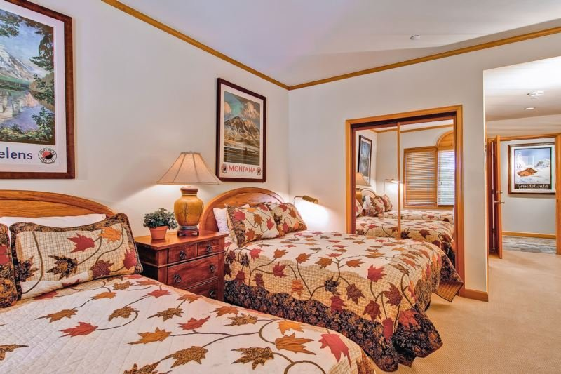 10-Highlands-Lodge-203_16-1220.jpg