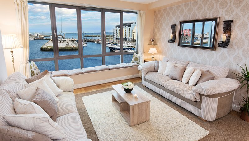 Sea View - Luxury City Center Apartment - Best Location, holiday rental in Galway