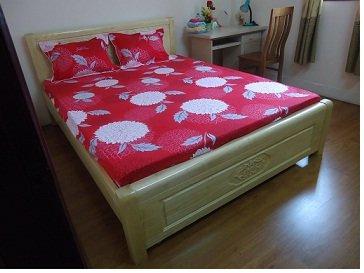 Sala 3: A cena inteira na cama, mesas móveis, piso de madeira é nova, bonita