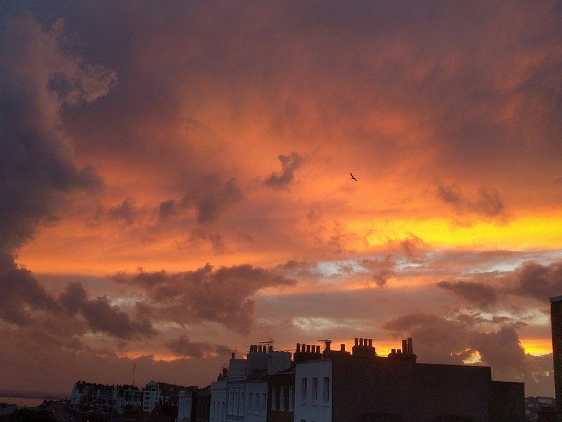 La mayoría de puesta del sol excepcional, tomada desde el salón