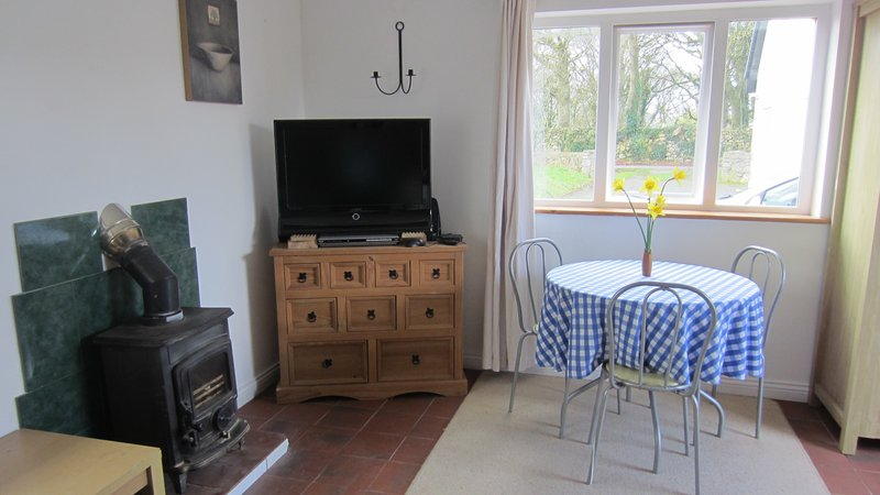 KATES COTTAGES KINVARA Village 1-bedroom Studio Cottage for Two., vacation rental in Kilcornan