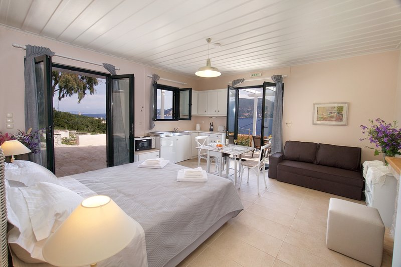 Martini waterfront suites , Levante, holiday rental in Katsarata