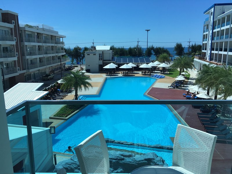 Grand Blue Sea & Pool View 1BR apartment, casa vacanza a Chak Phong