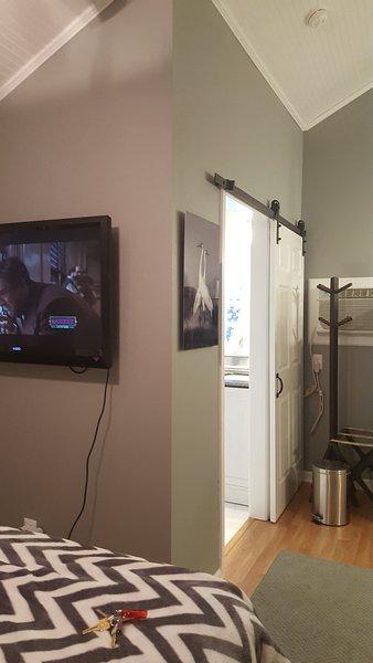 """42 """"TV de tela plana + Roku Streaming HBO, Showtime e muito mais."""