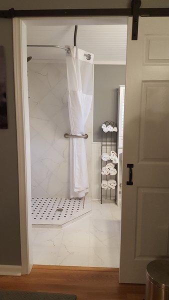Duche recém-atualizado e banheiro