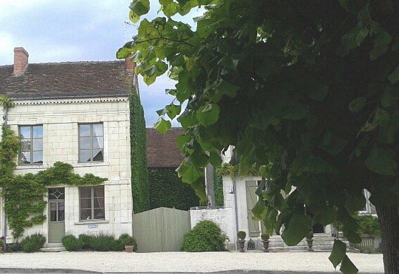 La façade, le jardin clos est à droite