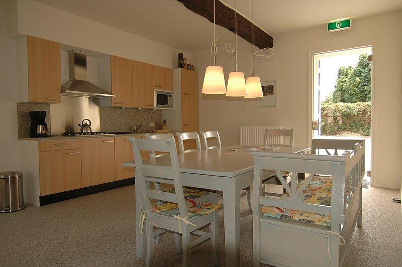 A cozinha espaçosa sala de estar / jantar de casa Hortensia. Aqui tem havido muitas histórias passadas sobre a mesa.