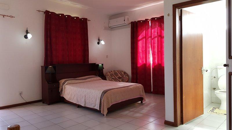 Ein 40m2 klimatisierter Schlafzimmer versorgt mit Deckenventilatoren auch und Bad und WC angebracht.