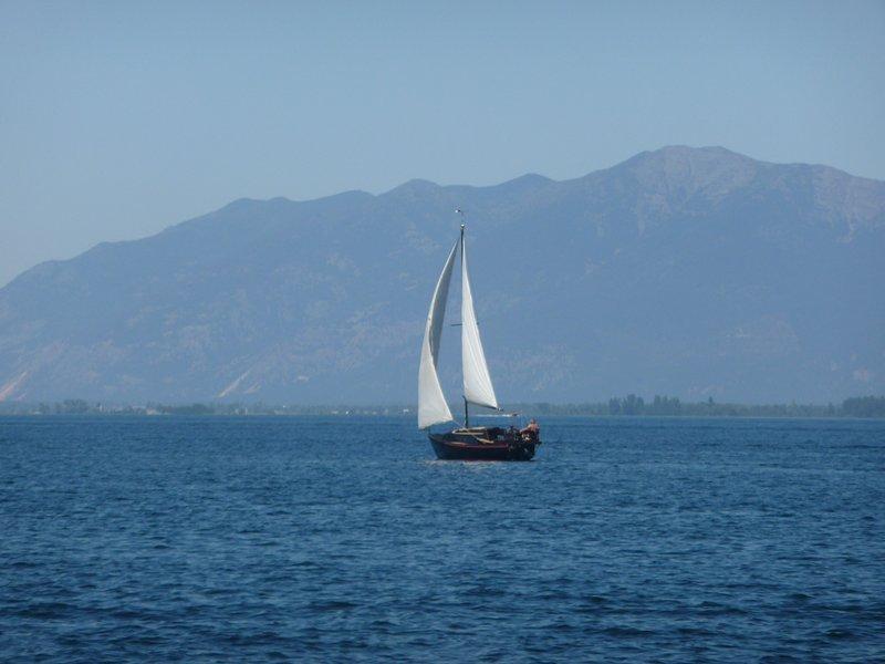 Un voilier solo bénéficiant d'une magnifique journée d'été sur le magnifique lac Flathead!