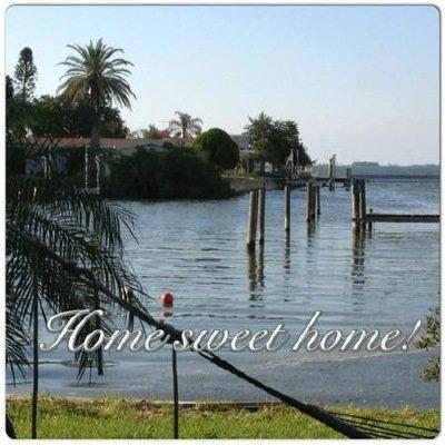 Après canoë pour les îles de plage, observer les dauphins ou à vélo, il est bon d'être à la maison.