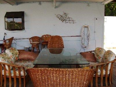 patio Nord 10 pieds du bord et le quai des eaux, plusieurs tables, espace de détente pour barbecue, observer les dauphins