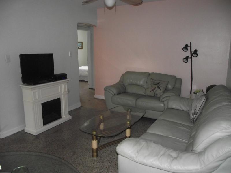Vert menthe canapé en cuir et causeuse dans le salon, couchage supplémentaire