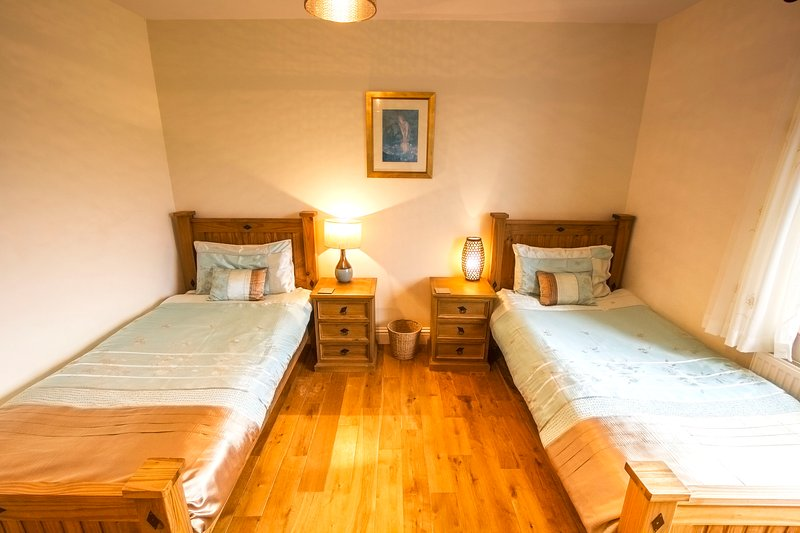 Twin slaapkamer. Uitzicht op de bergen. Naast een van de 2 extra grote badkamers.