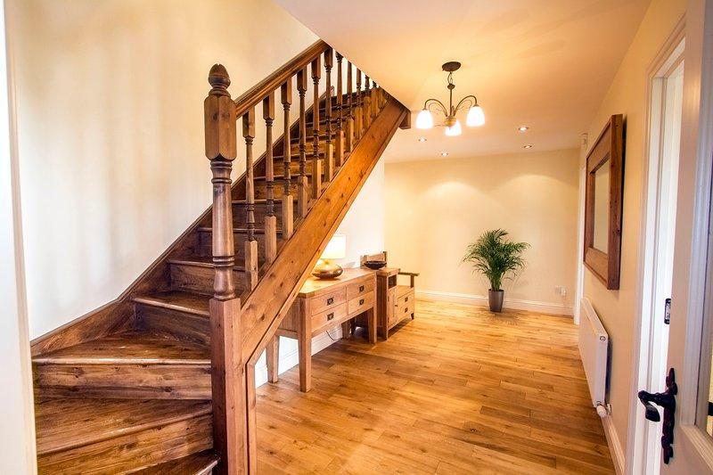 De lichte en ruime Hall. Gerookt eiken houten vloer. Mooie handgemaakte trap.