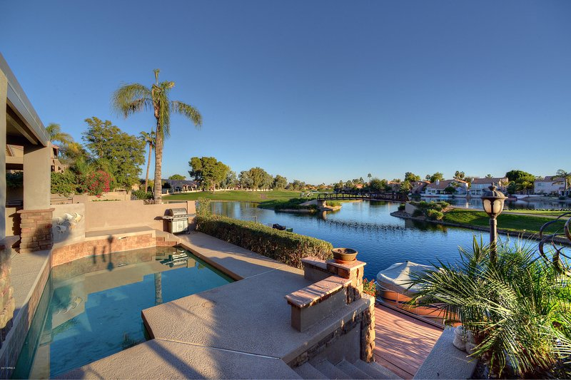 impresionante campo de golf, vistas al lago desde el patio y la piscina barnizado