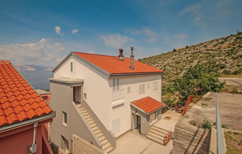 Spacious apt with sea view & Wifi, holiday rental in Sibinj Krmpotski