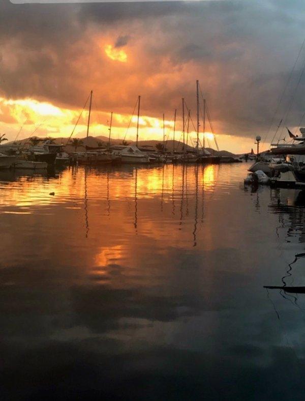 Salida del sol sobre Sapphire Marina en una mañana nublada